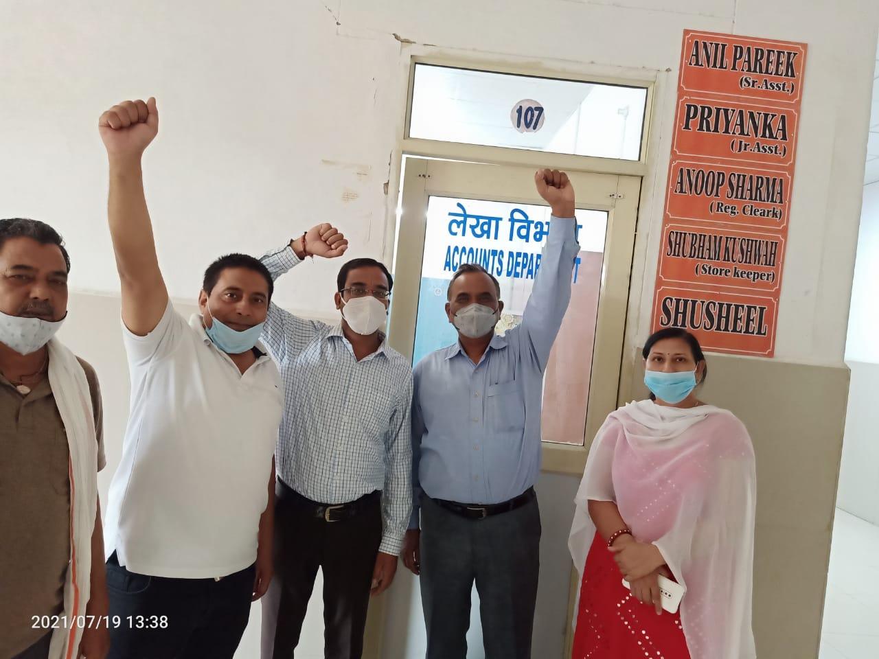 मेडिकल एवं पब्लिक हेल्थ मिनिस्ट्रियल एसोसिएशन ने सीएमओ ऑफिस का किया घेराव, स्वास्थ्य विभाग में हुए ट्रांसफर के विरोध में बनाई रणनीति|मथुरा,Mathura - Dainik Bhaskar