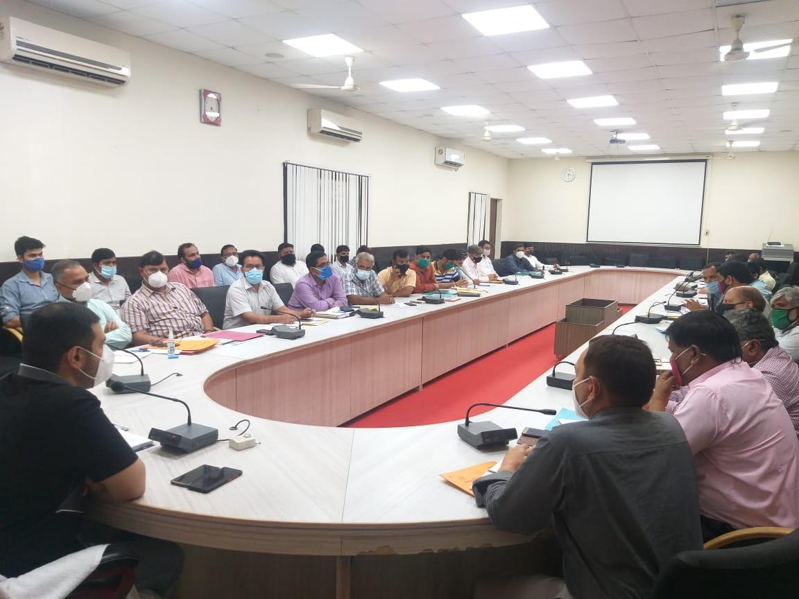 जल भराव को लेकर नाराज हुए नगर आयुक्त, अधिकारियों के साथ बैठक में साफ-सफाई कराने के दिए निर्देश|मथुरा,Mathura - Dainik Bhaskar
