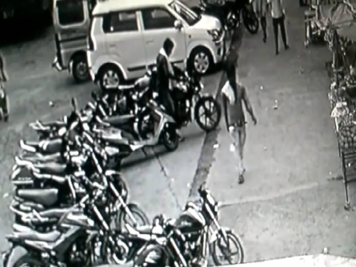 ग्वारीघाट में मां नर्मदा के दर्शन करने आने वालों बाइक चुरा लेता, ममेेरे भाई के साथ वारदात को देता था अंजाम, 15 बाइक जब्त|जबलपुर,Jabalpur - Dainik Bhaskar