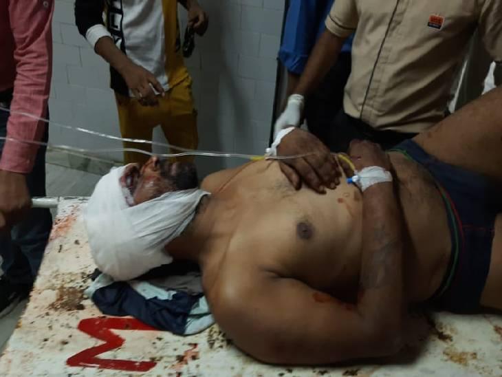 बदमाशों ने काम पर जा रहे दो युवकों को पहले डंडों से पीटा, फिर एक को गोली मारी; CCTV वीडियो वायरल|रीवा,Rewa - Dainik Bhaskar