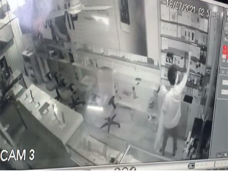 गैस कटर से शटर काटकर चोरों ने शौरूम से उड़ाए मोबाइल, CCTV में कैद हुई वारदात|गौतम बुद्ध नगर,Gautambudh Nagar - Dainik Bhaskar