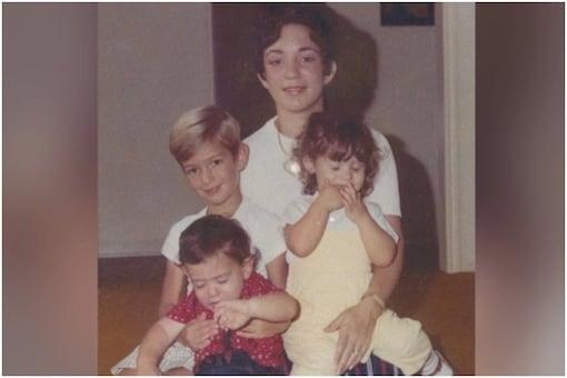 ये फोटो बेजोस ने मदर्स डे पर शेयर की थी। इसमें वो अपनी मां जैक्लीन की गोद में अपने छोटे भाई- बहन मार्क और क्रिस्टीना के साथ दिखाई दे रहे हैं। मुस्कुराते हुए बेजोस अपने लाल शर्ट पहने छोटे भाई के ठीक ऊपर हैं।