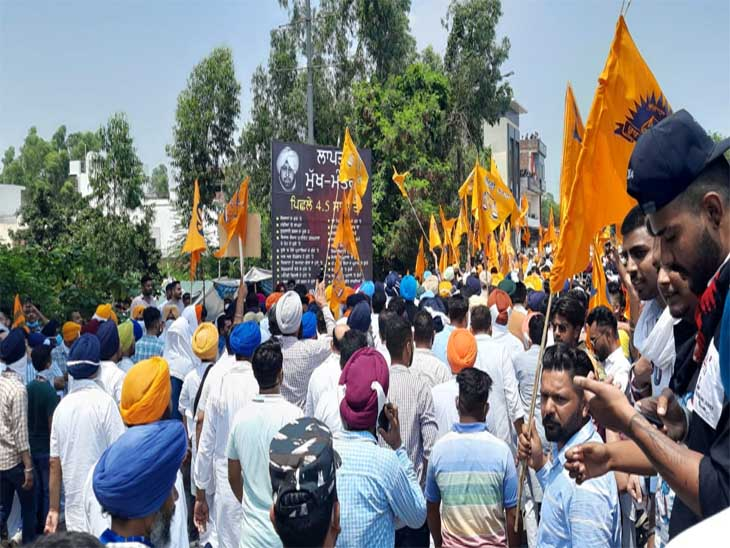 अकाली दल की ओर से सीएम पंजाब की कोठी पर रोष प्रदर्शन किया गया जिसमें कई लोग शामिल हुए थे