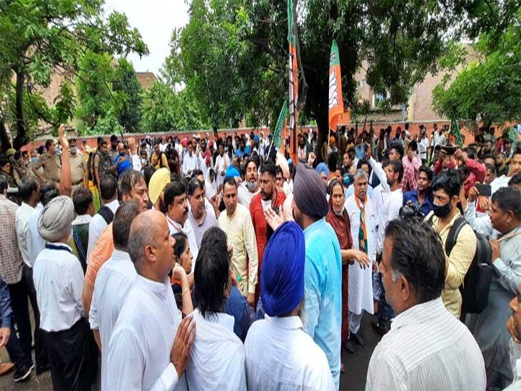 बीजेपी एससी मोर्चा की ओर से चंडीगढ़ में रोष प्रदर्शन किया गया जिसमें कई लोग शामिल हुए।