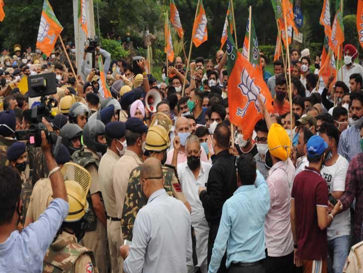 शहर में बीजेपी के विरोध प्रदर्शन में कई लोग शामिल हुए।