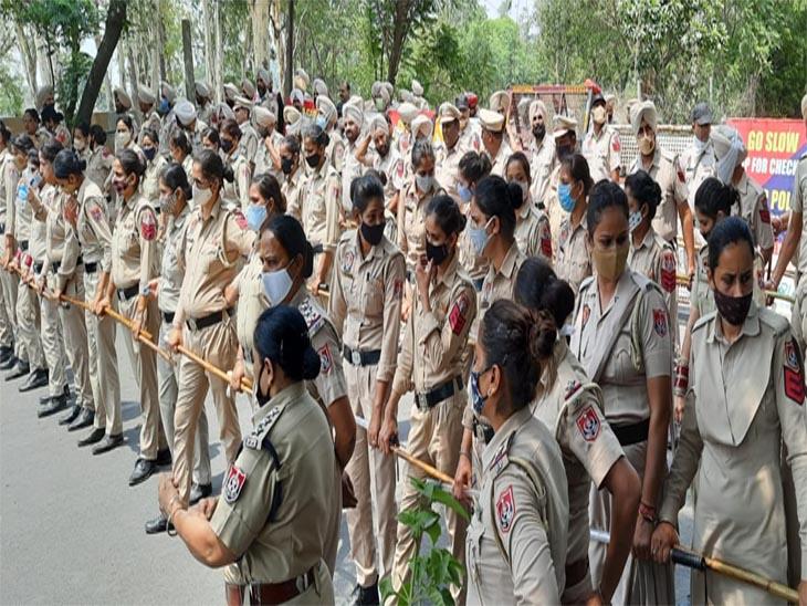 विभिन्न संगठनों के लोगों को रोकने के लिए पुलिस तैनात करना पड़ रही है।