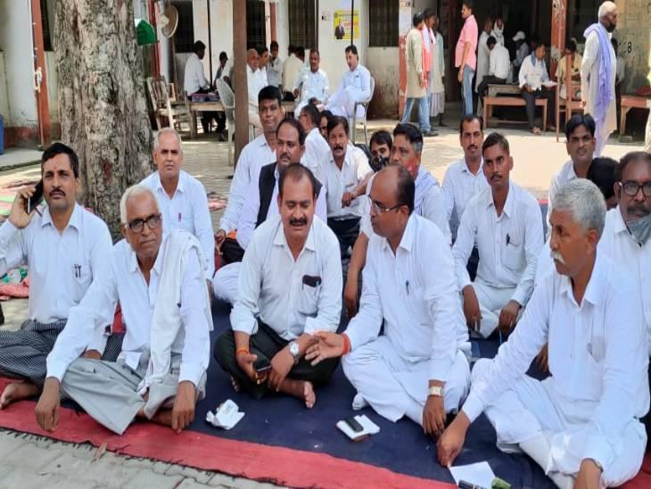 बार एसोसिशन का चुनाव टलने पर भड़के, बार एसोसिशन के फैसले के बाद संघ भवन के सामने धरना, आत्मदाह की दी चेतावनी सुलतानपुर,Sultanpur - Dainik Bhaskar