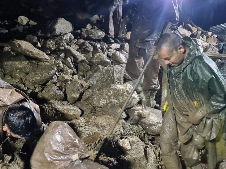 बादल फटने से मांडो गांव में घरों में पानी घुस गया। मकान ढहने से मलबे के नीचे लोग दब गए।
