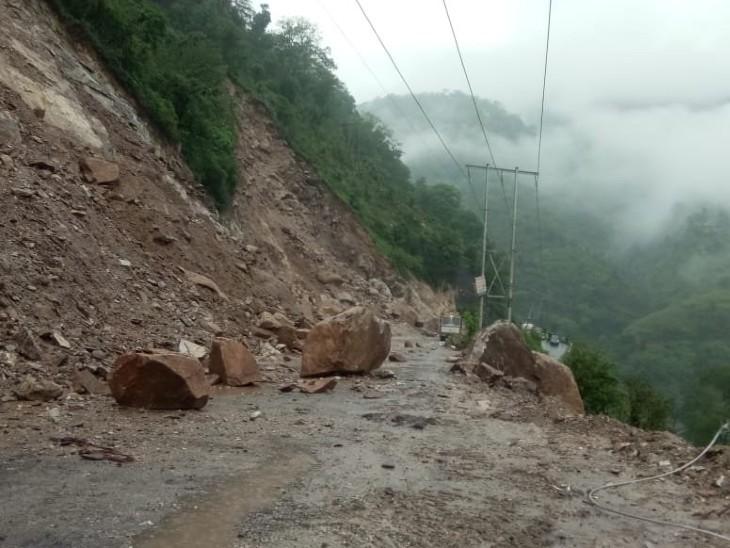 मंडी जिले के पंडोह में लैंडस्लाइड के चलते चंडीगढ़-मनाली NH3 रोड ब्लॉक हो गया है।