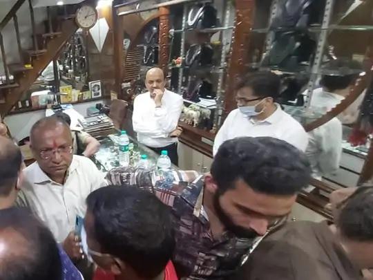 पीड़ित कारोबारी ने आस-पास के दुकानदारों और पुलिस को फोन कर मौके पर बुलाया।कुछ कारोबारियों से पूछताछ भी की गई है।