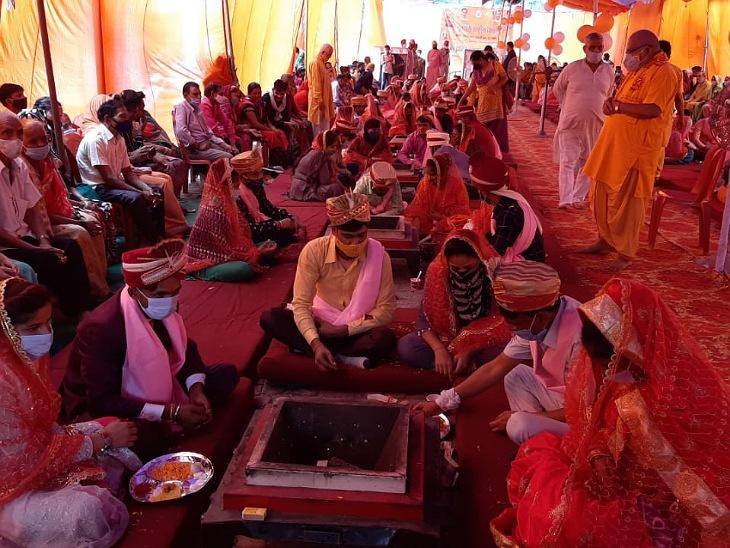 एक ही पंडाल में पंडित जी ने कराए फेरे और मौलवी साहब ने पढ़ाया निकाह, आर्शीवाद देने पहुंचे अफसर और जनप्रतिनिधि|मुरादाबाद,Moradabad - Dainik Bhaskar