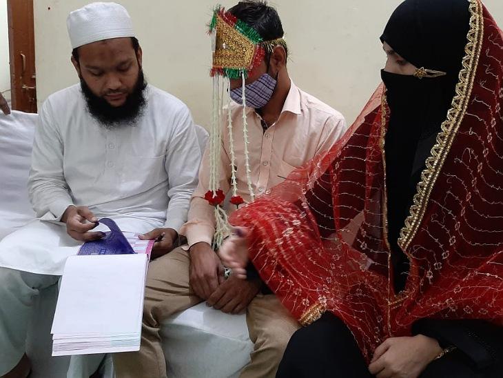मुस्लिम जोड़ों को निकाह पढ़वाते मौलवी।