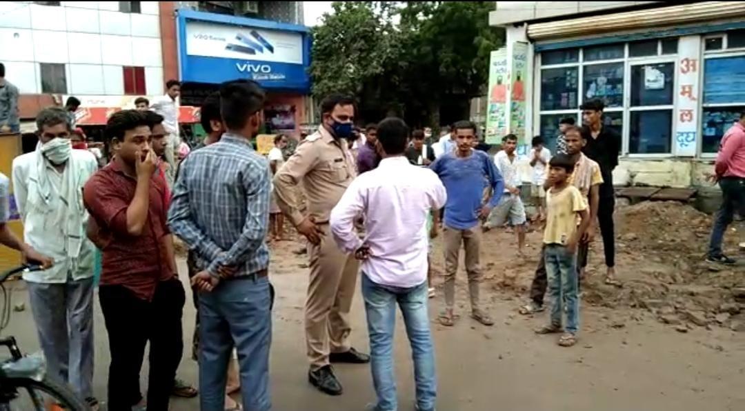 स्मार्ट सिटी टीम द्वारा गंगाजल पाइप लाइन को नाले में होकर डाला जा रहा है। इसका भी स्थानीय लोग विरोध कर रहे हैं। - Dainik Bhaskar