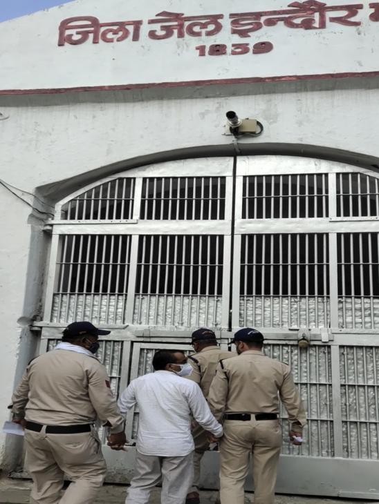 जज का फर्जी आदेश तैयार करने वाले संतोष वर्मा जेल में बंद है, जेल कर्मियों से कहा- वह घर पर भी झाड़ू लगाता है|इंदौर,Indore - Dainik Bhaskar