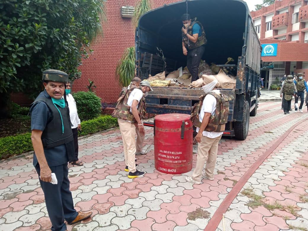 सेक्टर-34 के रेडियो स्टेशन में थी बम की सूचना, 3 थानों की पुलिस, फायर ब्रिगेड और डॉग स्क्वायड ने पाया हालात पर काबू|चंडीगढ़,Chandigarh - Dainik Bhaskar