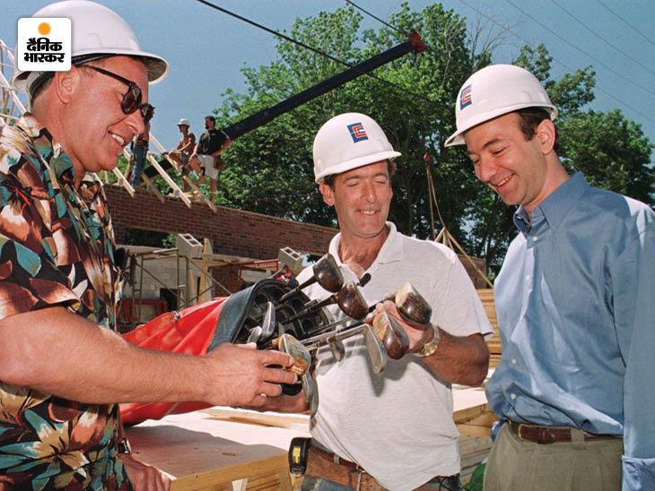 1999 में ग्रेगरी निक्सन (बाएं) ने अमेजन पर नीलामी के जरिए एंटीक गोल्फ क्लब का एक सेट डेविड रॉबिचौड को बेचा। तस्वीर में ग्रेगरी गोल्फ क्लब सेट को बेजोस की मौजूदगी में डेविड को सौंपते नजर आ रहे हैं। डेविड अमेजन के एक करोड़वें ग्राहक थे।