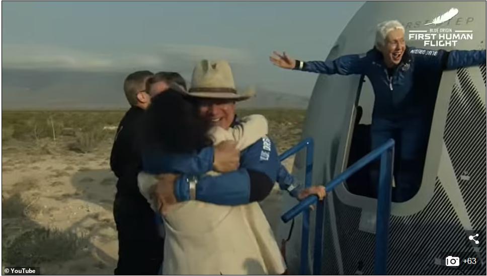 82 साल की वैली फंक भी अंतरिक्ष की यात्रा करके बेहद खुश हुईं।