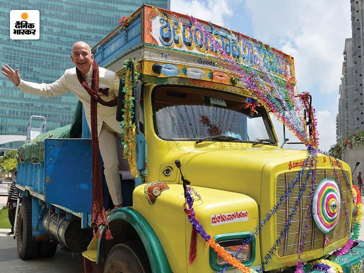 साल 2014 में भारत दौरे के दौरान बेंगलुरू में एक ट्रक पर चढ़ कर पोज देते जेफ बेजोस। यहां उन्होंने 2025 तक अमेजन की सप्लाई चेन में 25 हजार इलेक्ट्रॉनिक व्हीकल के अलावा देश के लाखों किराना दुकानदारों को जोड़ने का वादा किया।