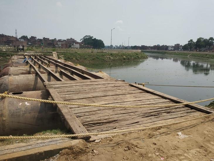 वाराणसी में बारिश के मौसम में वरुणा नदी में 40 लाख रुपये से बन रहा पीपा पुल, आएगी बाढ़ तो हटाना पड़ेगा, पैसा होगा बर्बाद|वाराणसी,Varanasi - Dainik Bhaskar