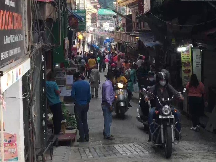 धर्मशाला के बाजार में लगी पर्यटकों की भीड़।