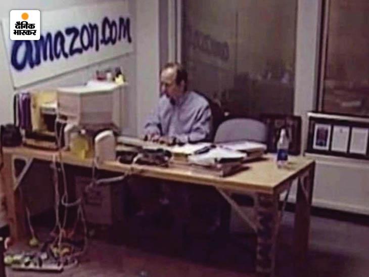 1994 में जेफ बेजोस ने अपने गैराज में अमेजन डॉट कॉम (amazon.com) की एक ऑनलाइन बुकस्टोर के रूप में शुरुआत की थी। बेजोस ने इसके लिए D.E.Shaw & Co में एग्जीक्यूटिव की नौकरी छोड़ दी। उनकी पत्नी मैकेंजी बुकस्टोर की अकाउंटेट थीं।