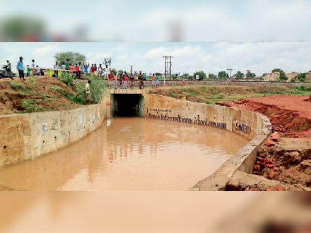 बगड़. रतन शहर अंडर पास में भरा बारिश का पानी। (तीन जुलाई 2016)