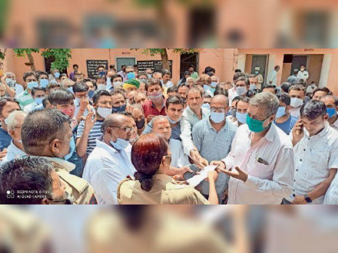 उदयपुरवाटी. पुलिस थाने में सीआई मुनेशी मीणा से वार्ता करते व्यापारी। - Dainik Bhaskar