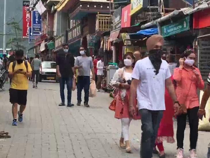 धर्मशाला के मार्केट में घूमते लोग। कोरेाना की तीसरी लहर के बीच पर्यटन महंगा पड़ सकता है।
