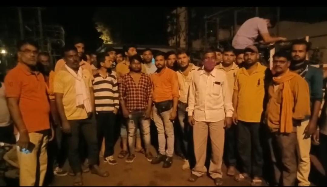 बंद लाइन में डीपी पर काम करते समय रिर्टन करंट आया, नाराज आउटसोर्स कर्मचारी देर रात पहुंचे थाने होशंगाबाद,Hoshangabad - Dainik Bhaskar