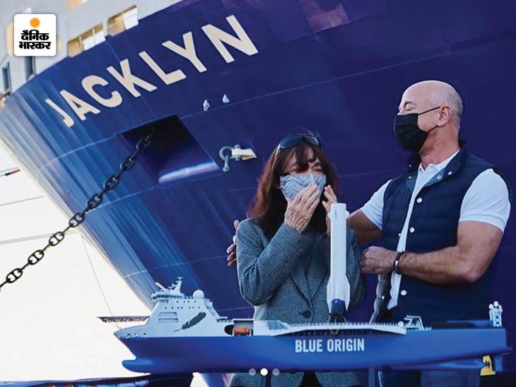 यह तस्वीर बेजोस ने खुद पोस्ट की थी। इसमें वह अपनी मां जैकलिन के साथ नजर आ रहे हैं। बेजोस ने ब्लू ओरिजिन के रॉकेट के हिस्सों को समुद्र से रिकवर करने के लिए तैयार बोट का नाम मां जैकलिन पर रखा है।