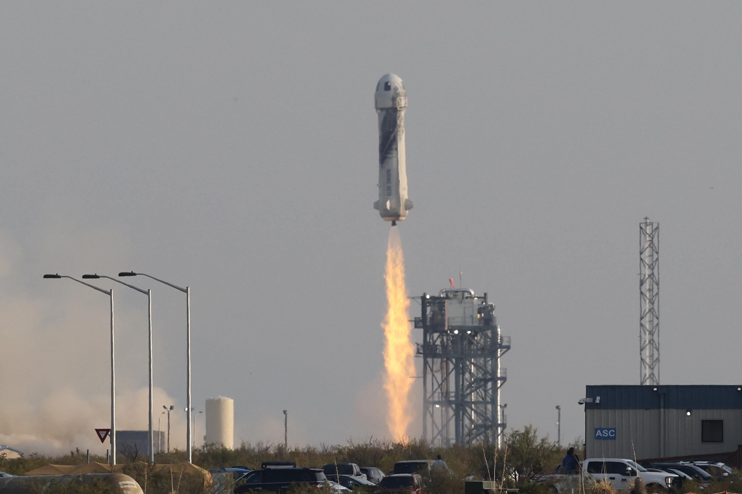 अंतरिक्ष की यात्रा पर गए बेजोस के रॉकेट को कई लोगों ने वेस्ट टेक्सास के रेगिस्तान में कार के अंदर बैठकर देखा।