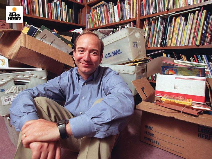 1996 में अमेजन डॉट कॉम शुरू करने के एक साल बाद अपनी किताबों के साथ जेफ बेजोस। तब अमेजन पर केवल ऑनलाइन किताबें बेची जाती थीं।