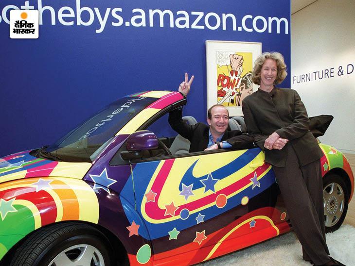 बेजोस और सोथेबी की प्रेसिडेंट-CEO डायना ब्रुक्स एक कस्टमाइज फॉक्सवैगन बीटल के साथ। यह कार Austin Powers: The Spy Who Shagged Me नाम की फिल्म में दिखाई गई थी, जिसकी ऑनलाइन नीलामी की गई थी। किताबों के बाद बेजोस ने सोथेबी के साथ ऑनलाइन नीलामी का काम शुरू किया।