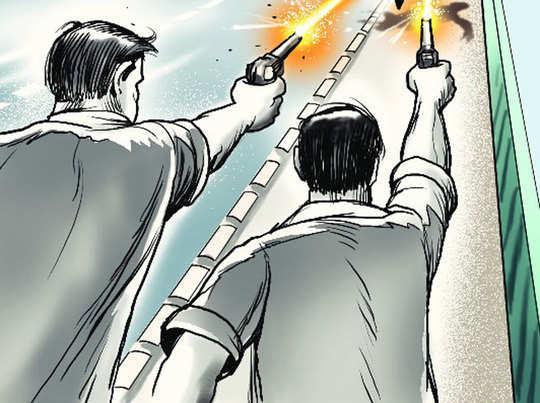उत्तर प्रदेश सरकार लिखी गाड़ी से आए दबंग, कमर से तमंचे निकालकर शुरू कर दी अंधाधुंध फायरिंग, गोली लगने से एक अधेड़ घायल|बरेली,Bareilly - Dainik Bhaskar