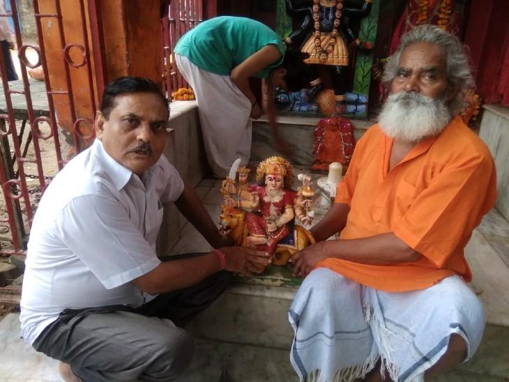 मंदिर के दरवाजे खुलते ही मूर्ति गायब, लोगों में आक्रोश; हिंदूवादी नेताओं ने आरोपी को दबोचा-निशानदेही पर बरामद|आगरा,Agra - Dainik Bhaskar