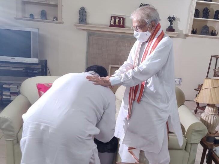 सोमवार को डॉ. मुरली मनोहर जोशी से मिलने के लिए डॉ. जेपी नड्डा पहुंचे और पैर छूकर आशीर्वाद लिया।