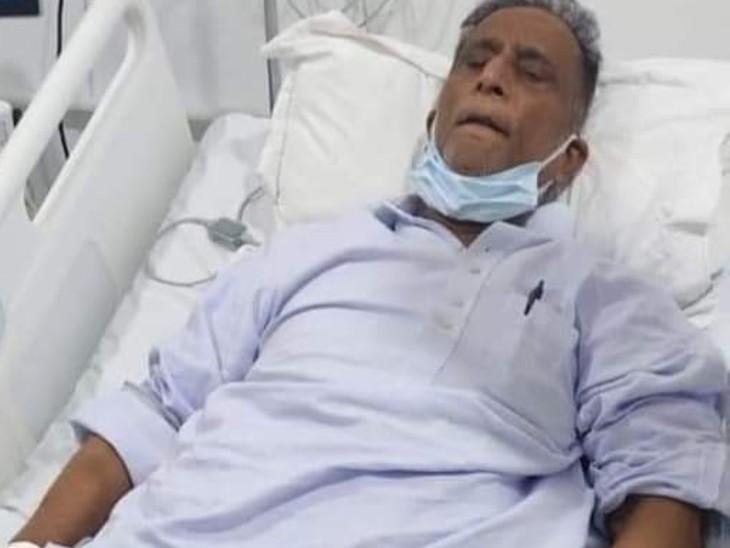 फोटो आजम खान की है। अस्पताल में भर्ती आजम की तबियत लगातार खराब हो रही है।