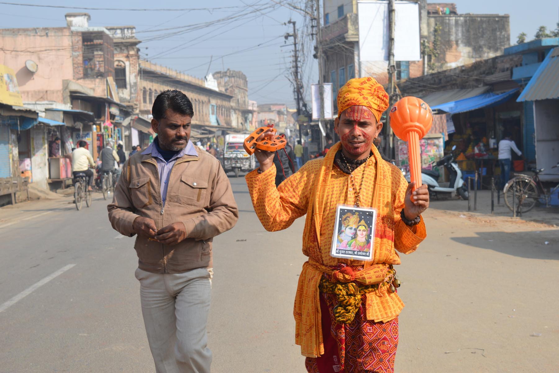 अयोध्या में हनुमान जी का वेष रखकर लोगों के आकर्षण का केंद्र बना रामभक्त