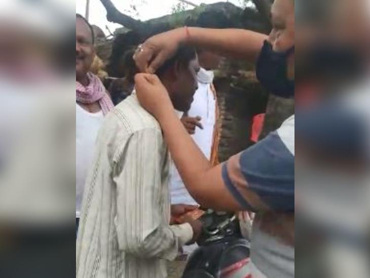 गया में धर्म बदलने वाले गांव में पहुंचा हिन्दू संगठन, लोगों को दी जा रही हनुमान चालीसा, पहना रहे हनुमान के लॉकेट|बिहार,Bihar - Dainik Bhaskar