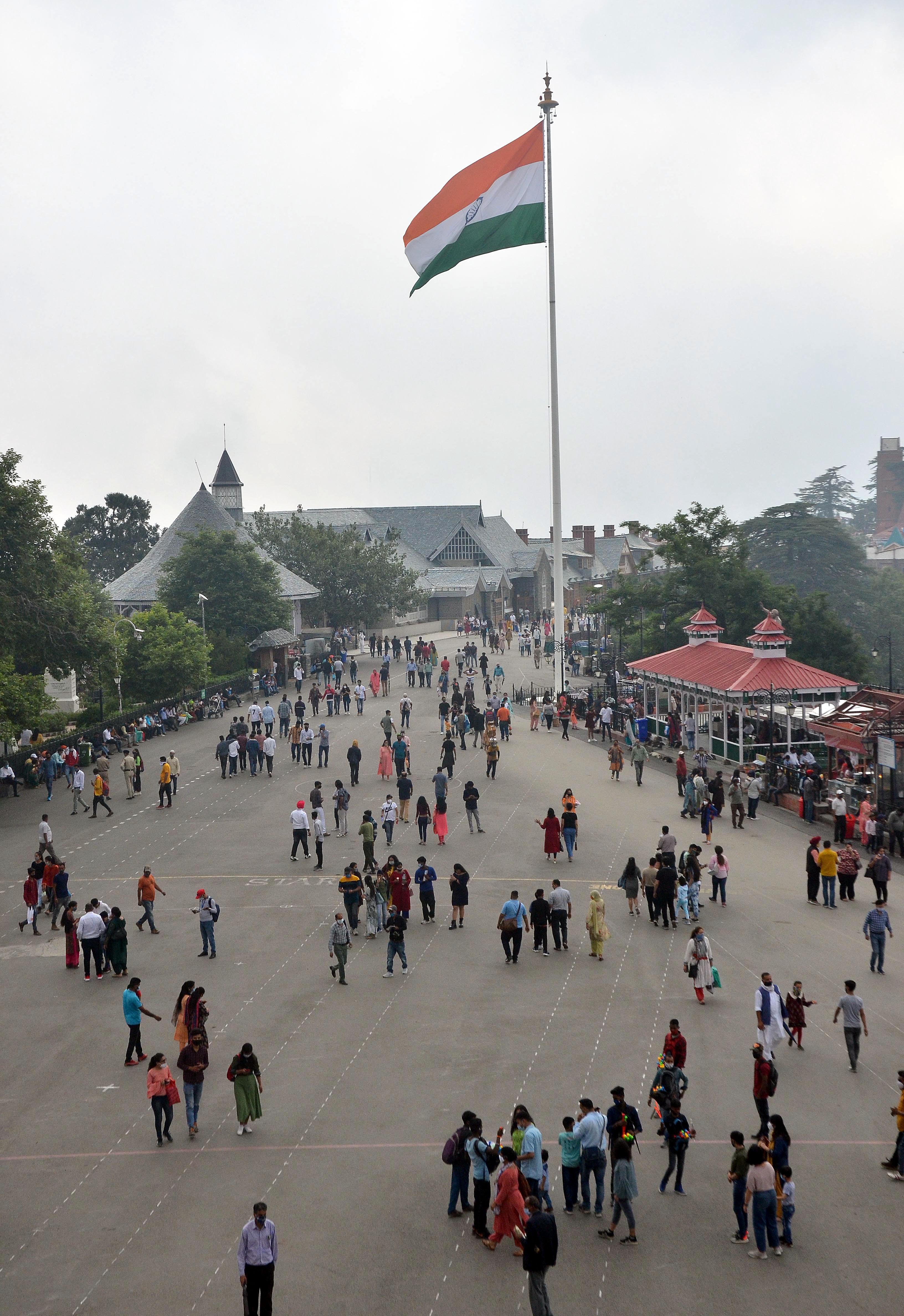 शनिवार को शिमला के मॉल रोड पर घूमते पर्यटक।