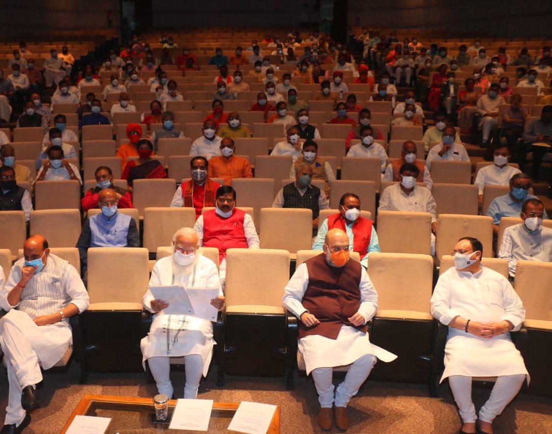 भाजपा के पार्लियामेंट्री बोर्ड की मीटिंग में दिखाई दिया समाजिक दूरी और मास्क है जरूरी का मैसेज।