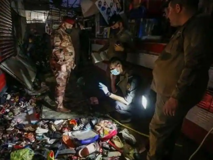धमाके के बाद बाजार में भगदड़ मचने की वजह से भी कई लोग जख्मी हो गए। मौके पर सुराग जुटाते हुए एक्सपर्ट।