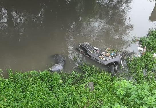 नाले में एक्टिवा के साथ युवक की लाश मिली; पानी में डूबा था आधा शव, पुलिस शिनाख्त में जुटी|भोपाल,Bhopal - Dainik Bhaskar