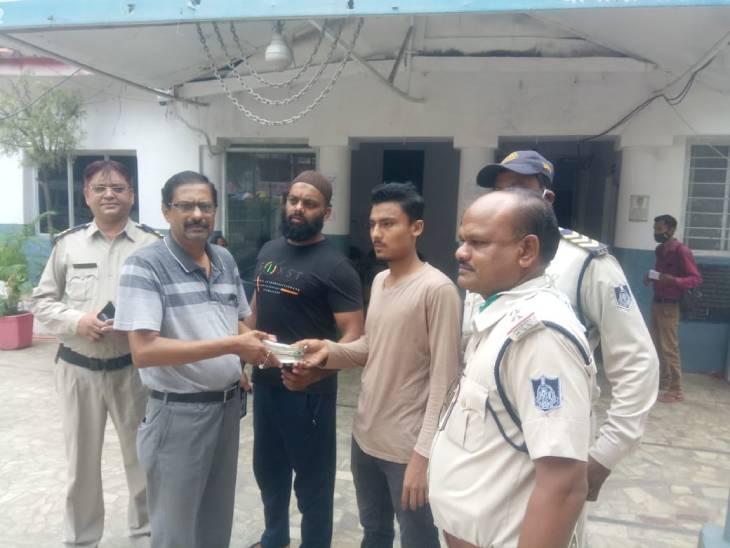 जबलपुर में एलआईसी कर्मी के बैग से गिर गए ढाई लाख में से 2 लाख मिले, पैसे लौटाने वाला परवेज बोला- किसी की अमानत को कैसे लगाता हाथ|जबलपुर,Jabalpur - Dainik Bhaskar