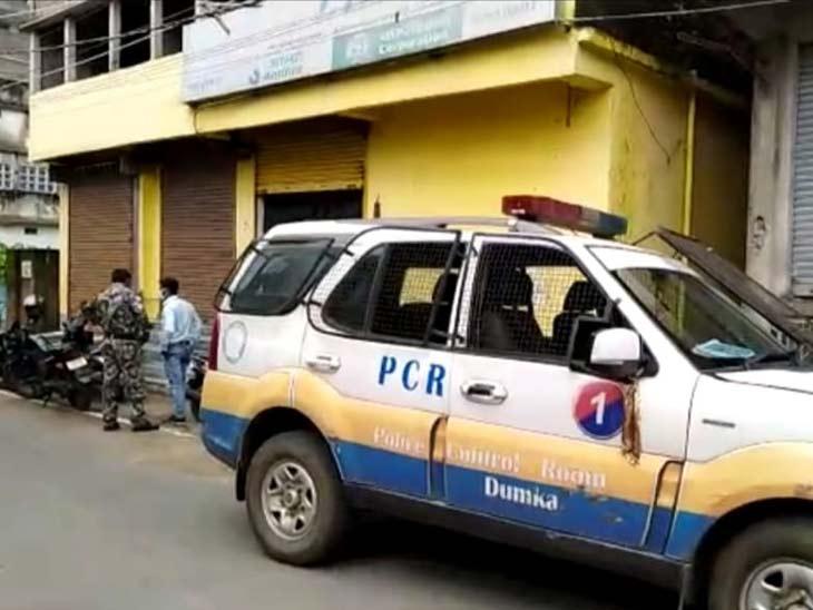 घटना की सूचना के बाद मौके पर पहुंची पुलिस मामले की जांच में जुट गई है। - Dainik Bhaskar