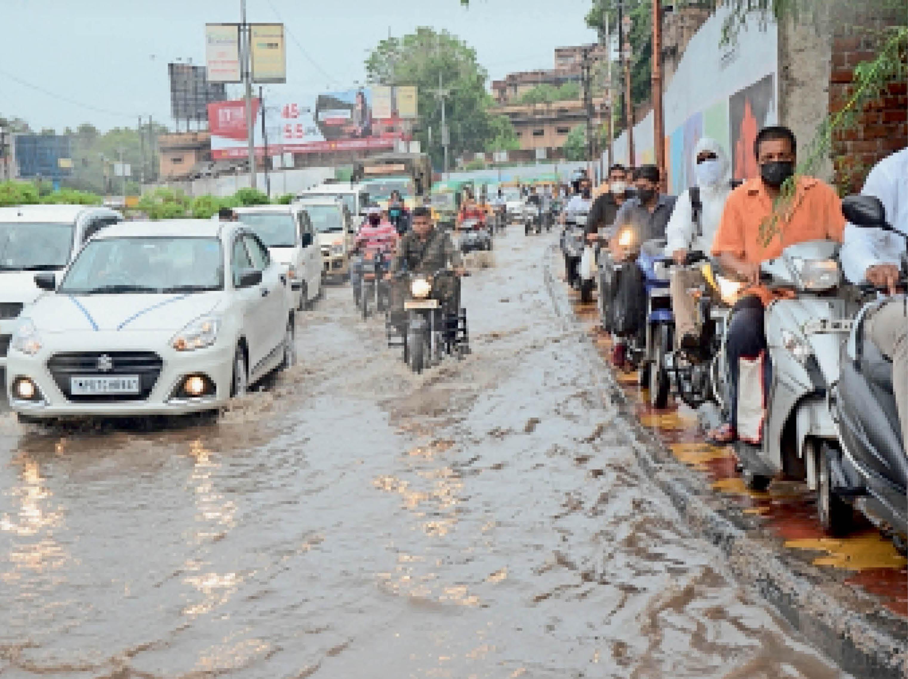 डेढ़ घंटे की बारिश में 4 घंटे 'डूबा' ड्रेनेज सिस्टम और ट्रैफिक|ग्वालियर,Gwalior - Dainik Bhaskar