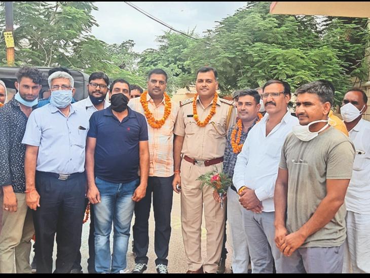 नवलगढ़. ग्रामीणों ने सीआई व पुलिस टीम का किया सम्मान। - Dainik Bhaskar