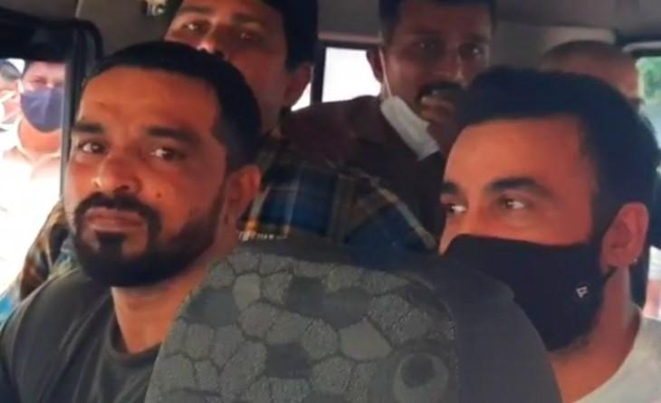 क्राइम ब्रांच की टीम के साथ पुलिस की गाड़ी में राज कुंद्रा।