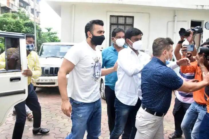 राज कुंद्रा को कवर करने के लिए मीडियाकर्मियों का जमावड़ा लग गया। पुलिस को उन्हें हटाना पड़ा।