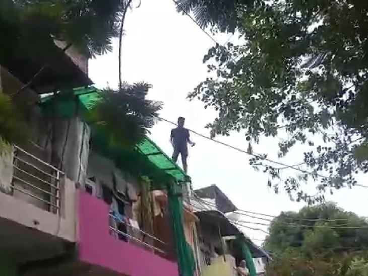 छेड़छाड़ की शिकायत पर पुलिस पकड़ने गई थी, घर की छत पर चढ़ गया युवक, बोला- मुझे पकड़ोगे तो नीचे कूद जाऊंगा|कोटा,Kota - Dainik Bhaskar